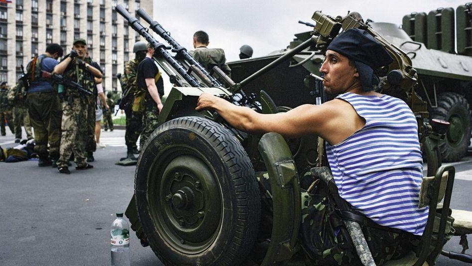 Prorussische Separatisten vor der besetzten Gebietsverwaltung in Donezk
