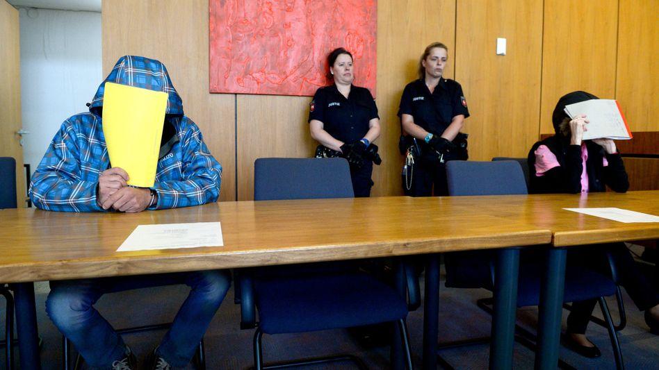 Roy G. (l.) und Anke B. im Gerichtssaal: Sie misshandelten eine Fünfjährige