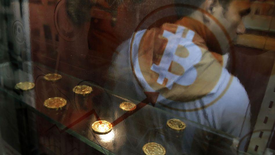 Mann vor Bitcoin-Automat in Hongkong
