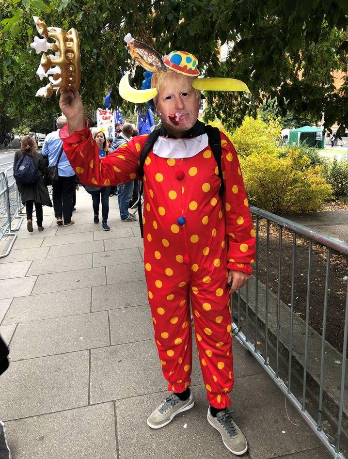 Johnson-Maske und Clownskostüm: Brexit-Gegner demonstriert vor dem Parlament