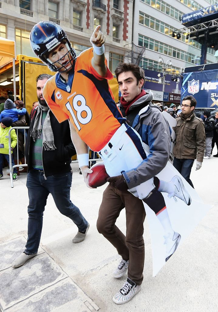 Football-Fan am Times Square in New York: Den Papphelden dabei