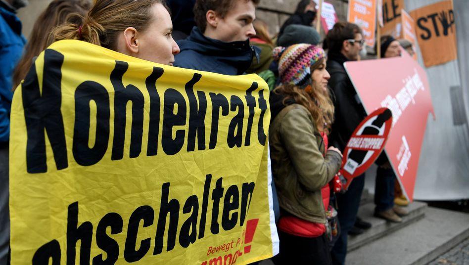 Demonstranten vor der Sitzung der Kohlekommission in Berlin
