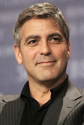 """Ex-TV-Arzt George Clooney: Er spielte in """"Emergency Room"""" einen Kinderarzt. Im wirklichen Leben aber sind Chirurgen die schönsten Ärzte - glauben spanische Mediziner"""