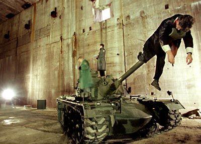 Schauspieler des Bremer Theaters proben mit einem amerikanischen M-58 Kampfpanzer