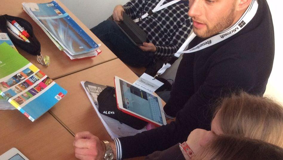 Lernen mit Tablets: Lehrer Jacob Chammon arbeitet in Berlin mit Schülern