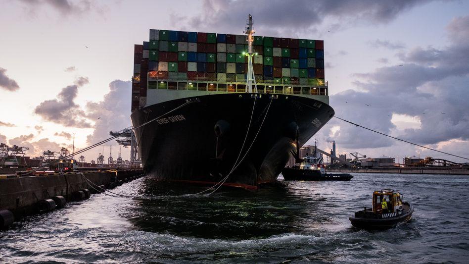 Die »Ever Given« steckte im Suezkanal fest und kam erst nach monatelanger Verzögerung in Rotterdam an