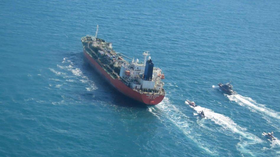 Der unter südkoreanischer Flagge fahrende Tanker »Hankuk Chemi« wird von Booten der iranischen Revolutionsgarde im Persischen Golf eskortiert