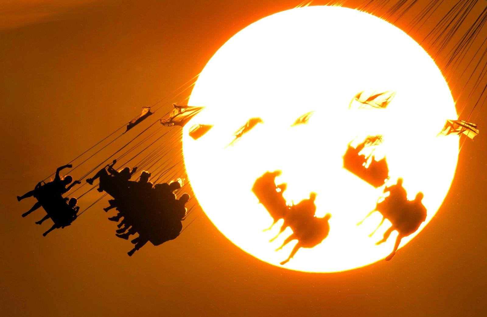 Sonnenuntergang hinter Kirmes
