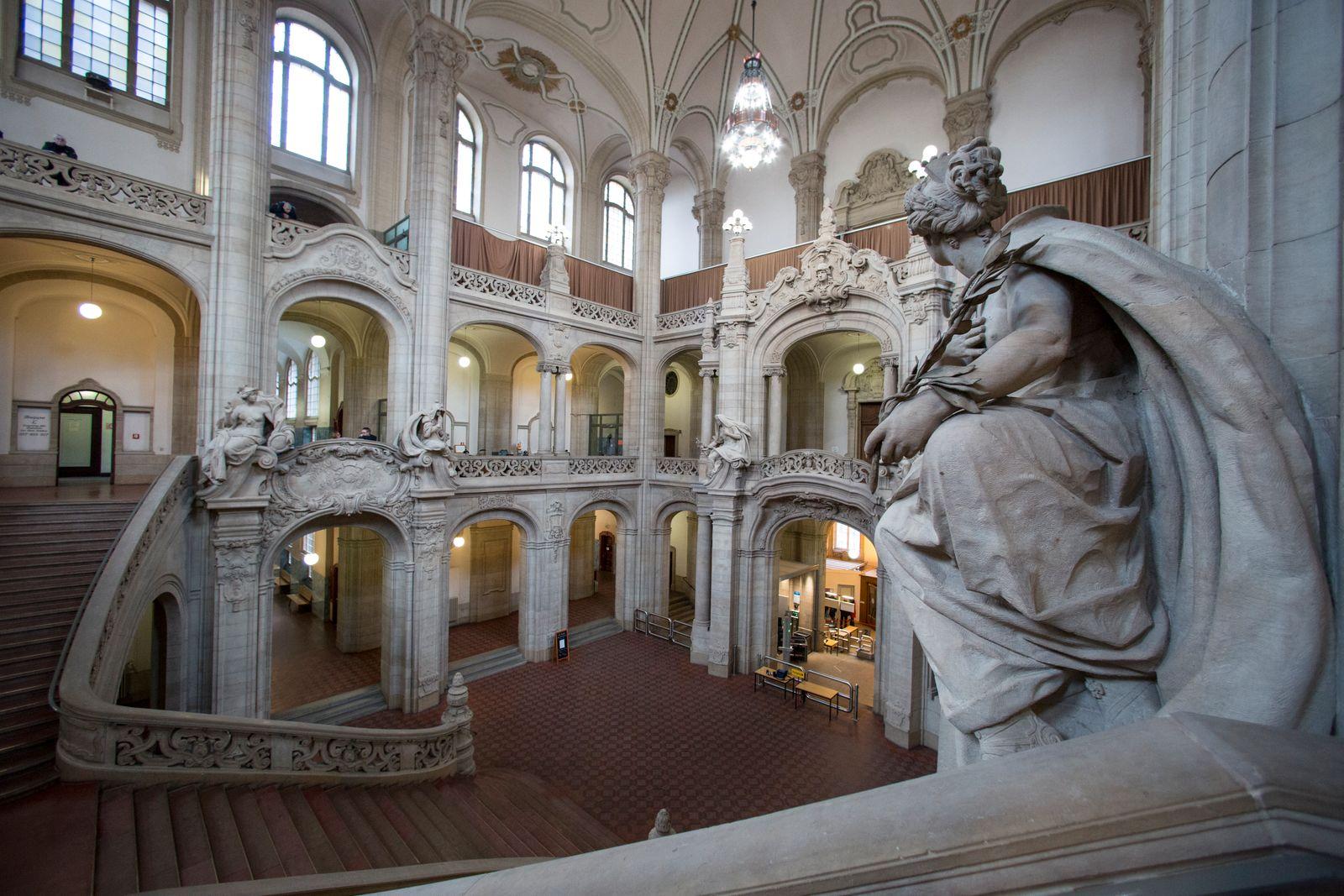 Entrance hall of the criminal court Berlin-Moabit.