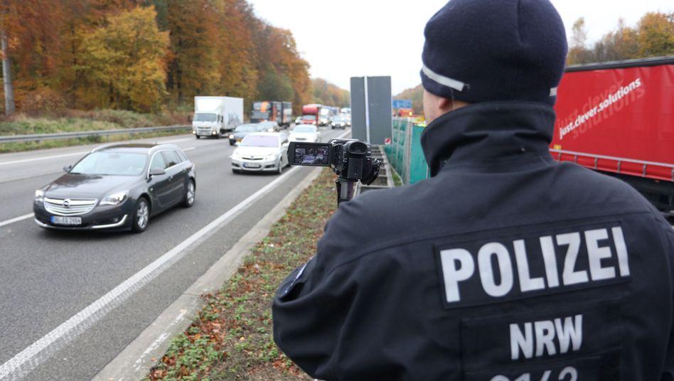 Ein Polizist filmt auf der A3 gaffende Autofahrer