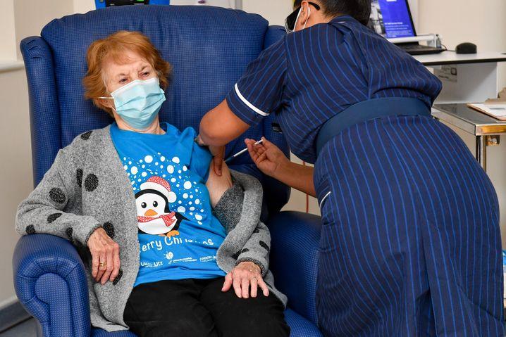 Sie war die Erste: In Coventry wurde die 90-jährige Margaret Keenan gegen Corona geimpft – Auftakt zur Massenimpfung in Großbritannien