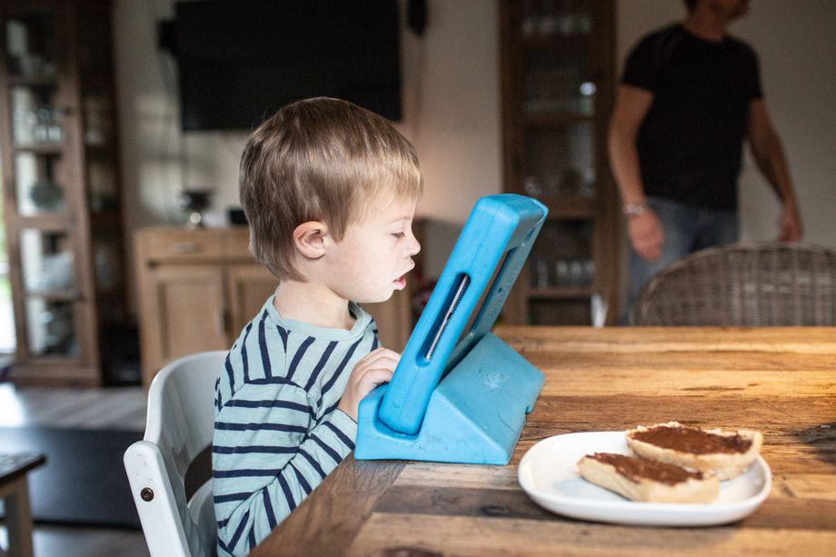 Zwei Brötchenhälften mit Nutella - Daniels Lieblingsfrühstück, bevor es in den Kindergarten geht