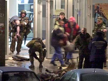 Moskau: Sicherheitskräfte schleppen Geiseln aus dem Theater