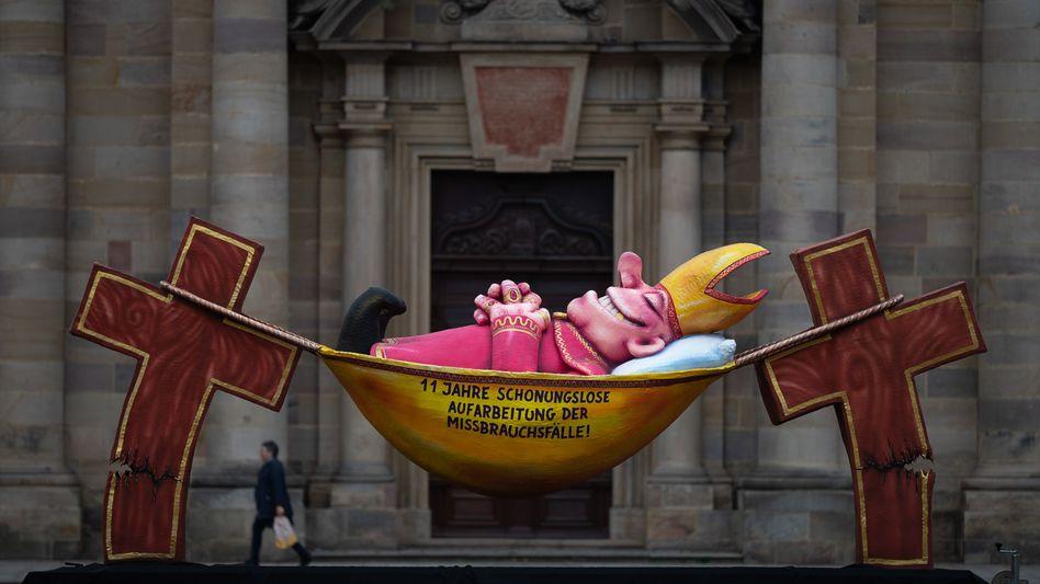 Protestplastik von Jacques Tilly vor dem Fuldaer Dom: Lange Bearbeitungsdauer »etwas schwer Auszuhaltendes«