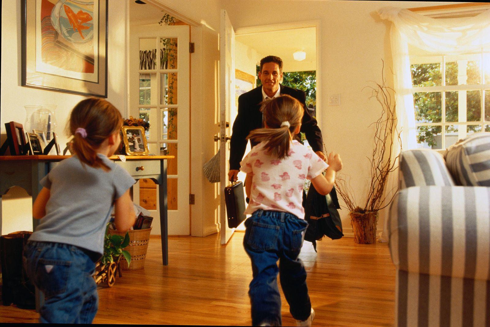 EINMALIGE VERWENDUNG Vater kommt nach Haus