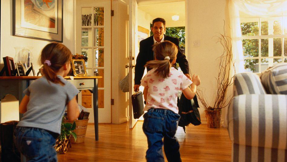 Berufstätiger Vater nach Feierabend (Symbolbild)