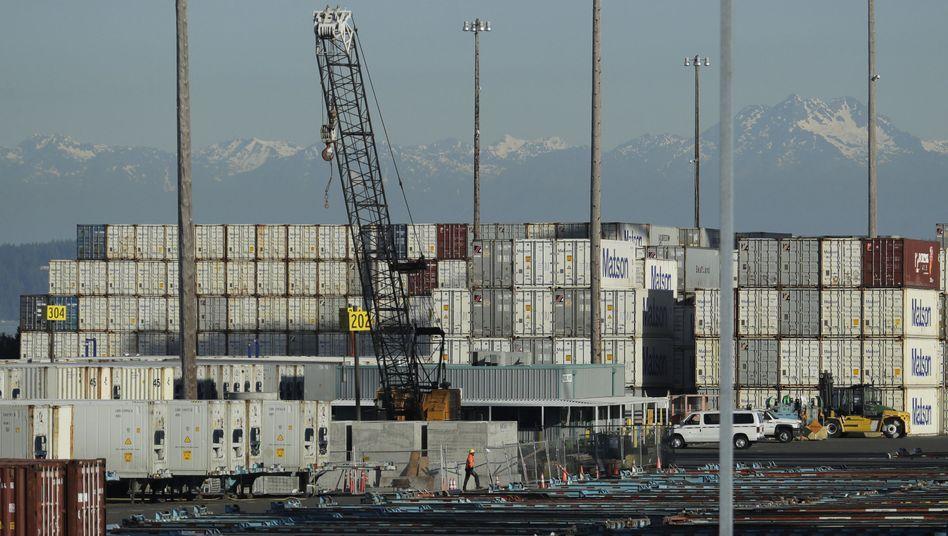 Ein Arbeiter geht am Hafen von Tacoma im US-Bundesstaat Washington entlang
