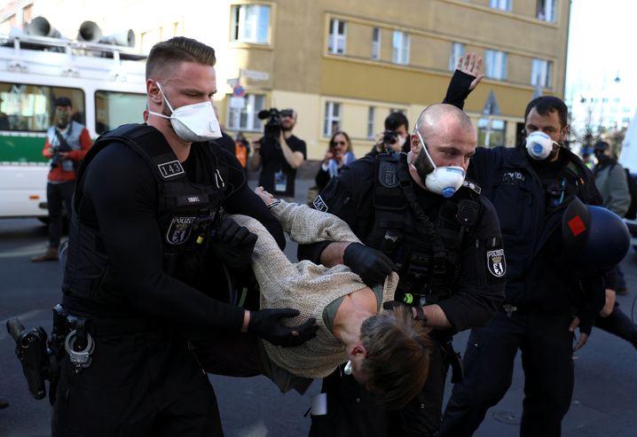 Manche Demonstranten wurden von den Beamten weggetragen