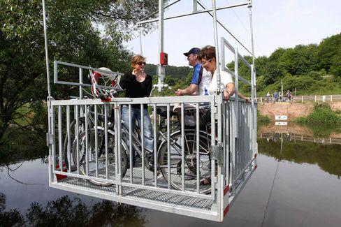 Stahlkorb für Drahtesel: Die neue Fahrradseilbahn liegt auf dem Radwanderweg R1