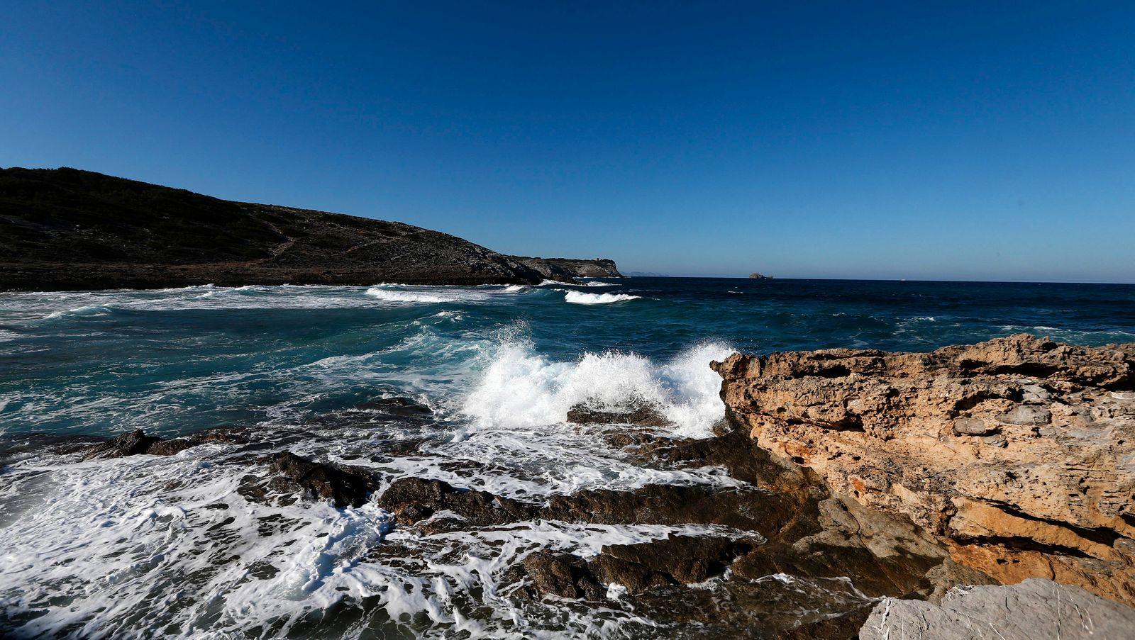 Wellen branden an Felsen Blick auf die Bucht von Cala Torta bei strahlendem Sonnenschein einer der