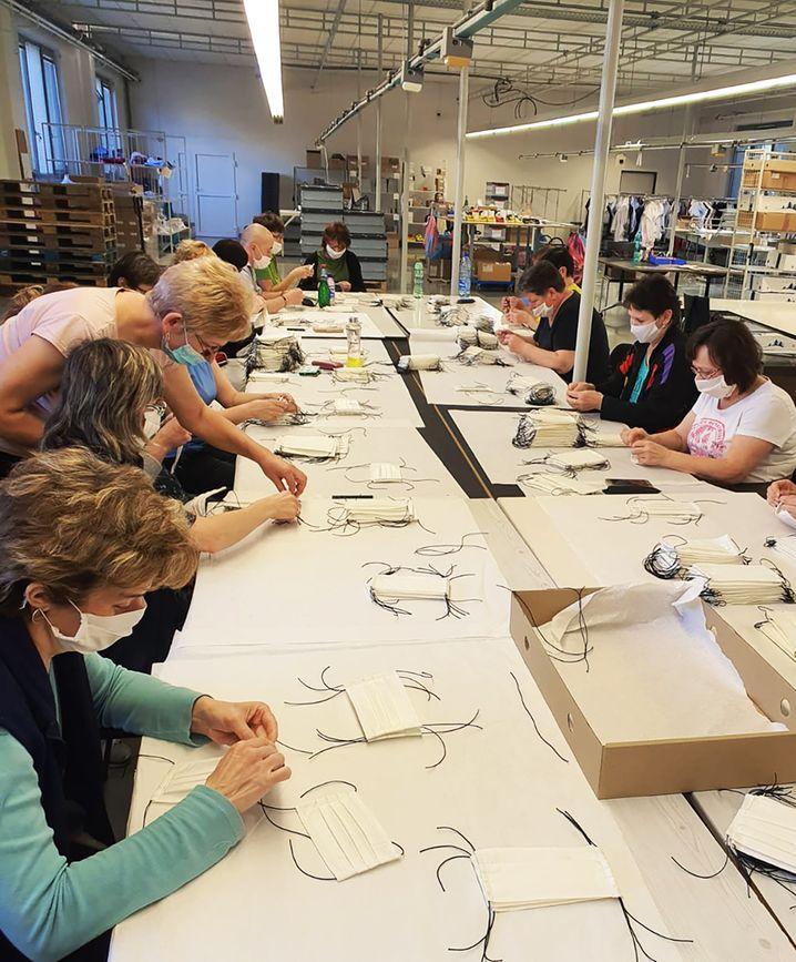 Herstellung von Masken im slowakischen Werk des Textilkonzerns Eterna: Die Firma bemüht sich nach eigenen Angaben, eine Exportgenehmigung für die Produkte zu erhalten. Doch bisher dürfen sie nur in der Slowakei eingesetzt werden.