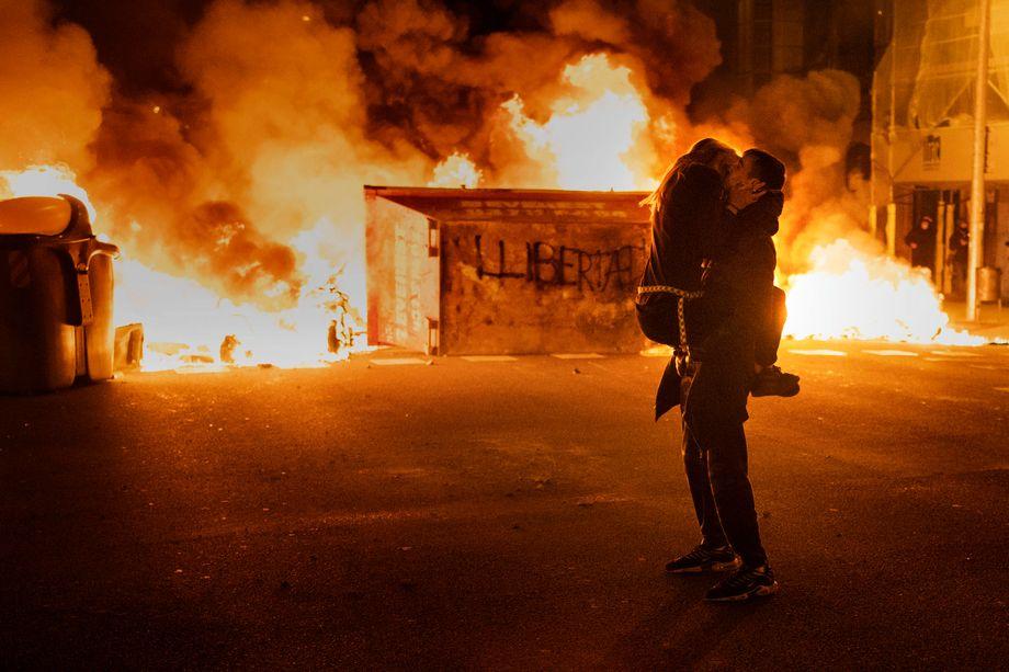 Protestpaar in Barcelona: Viele der Demonstranten sind Teenager