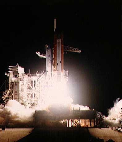 Zu ihrer fünften Reise startet die Challenger am 4. April 1984 ins All