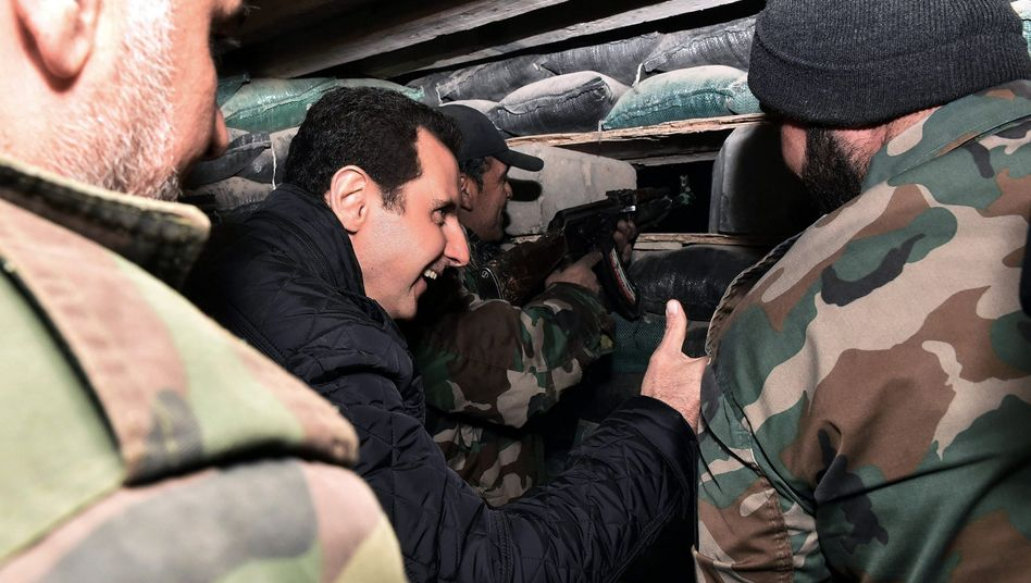 Bashar al-Assad auf Truppenbesuch im Damaskus: Scherze an der Front