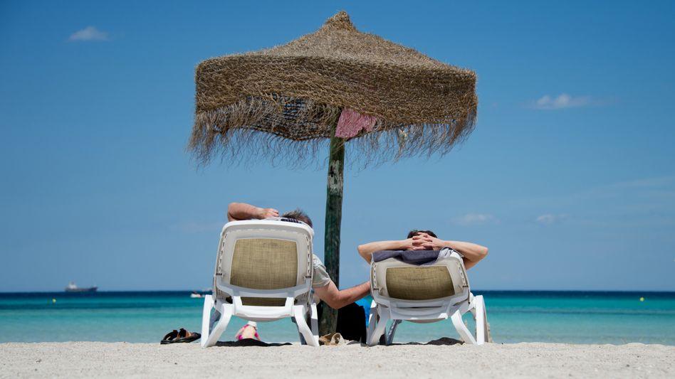 Urlauber an Strand auf Mallorca (Spanien)