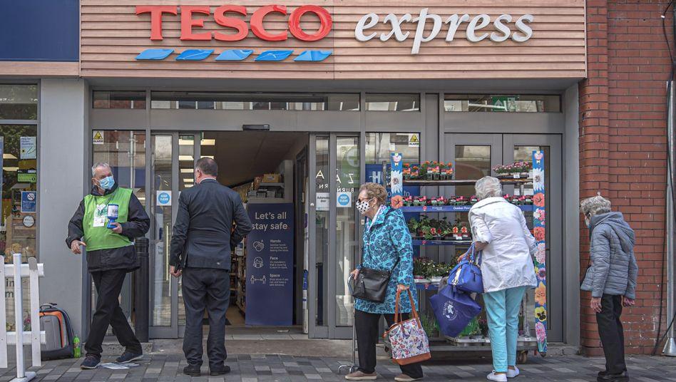 Tesco-Markt: Sind die Tätigkeiten von Verkäuferinnen und Vertriebsmitarbeitern gleichwertig?