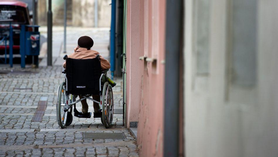 Frau im Rollstuhl: Beziehungen verbessern die Gesundheit