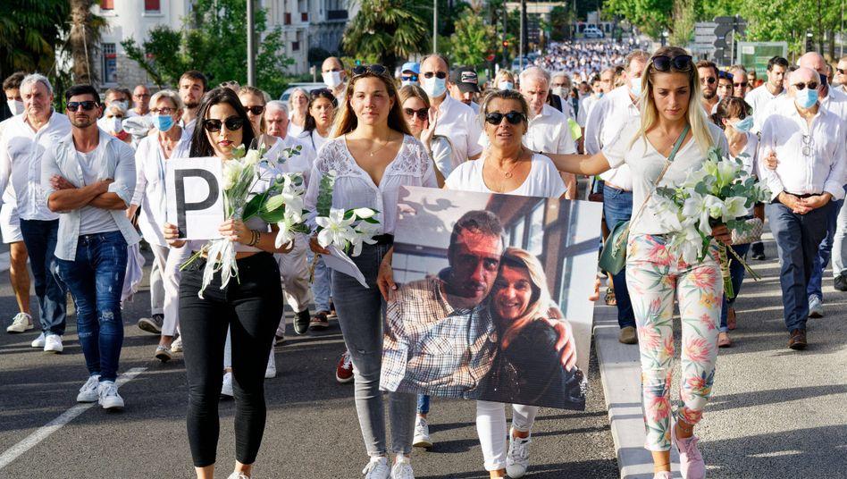 Die Witwe des verstorbenen Busfahrers Philippe Monguillot führte am 8. Juli gemeinsam mit ihren Töchtern einen Trauermarsch an