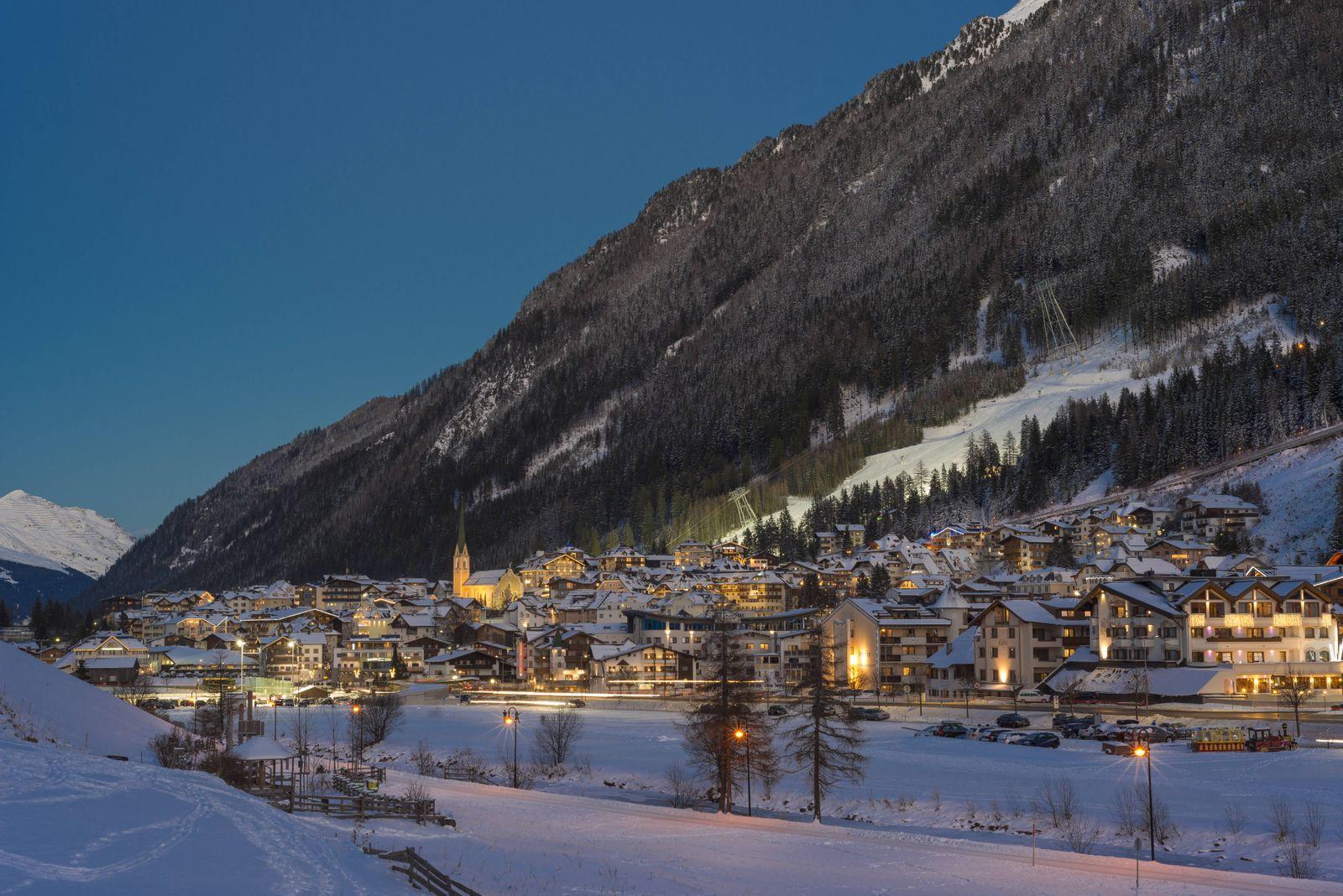 Ortsansicht Wintersportzentrum Nachtaufnahme Ischgl Paznaun Tirol Österreich Europa ibxhwo040