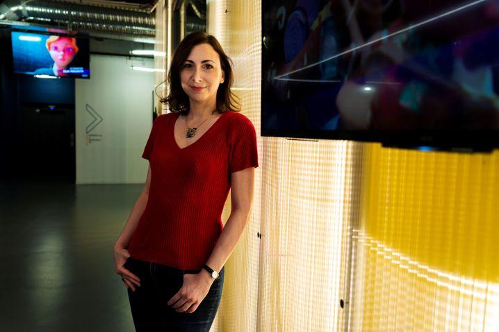 """Celia Hodent ist Psychologin und Kognitionswissenschaftlerin und erklärt Firmen, wie Nutzer deren Videospiele erleben. Dabei beschäftigt sie sich auch damit, wie das menschliche Gehirn auf Computerspiele reagiert. Von 2013 bis 2017 leitete sie die Abteilung """"User Experience"""" beim amerikanischen Softwarekonzern Epic Games. Dort hat sie """"Fortnite"""" mitentwickelt. 2017 erschien ihr Buch über den Zusammenhang zwischen Neurowissenschaften und Computerspielentwicklung."""