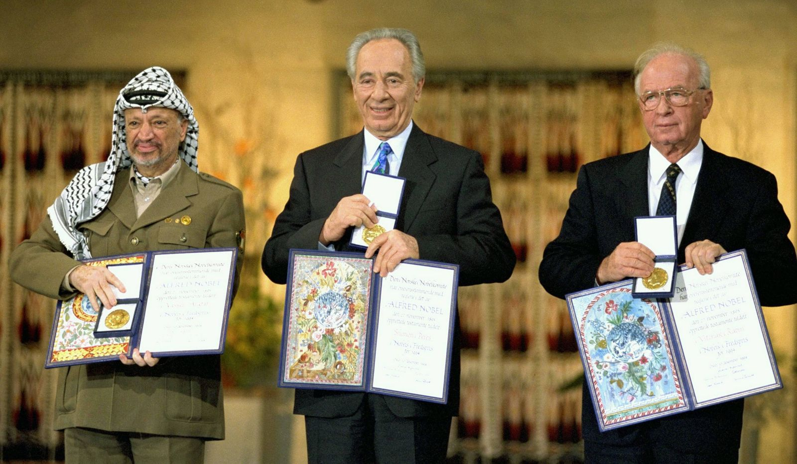 Bilder des Tages Photograph of Yitzhak Rabin, Shimon Peres and Yasser Arafat receiving the Nobel Peace Prize following