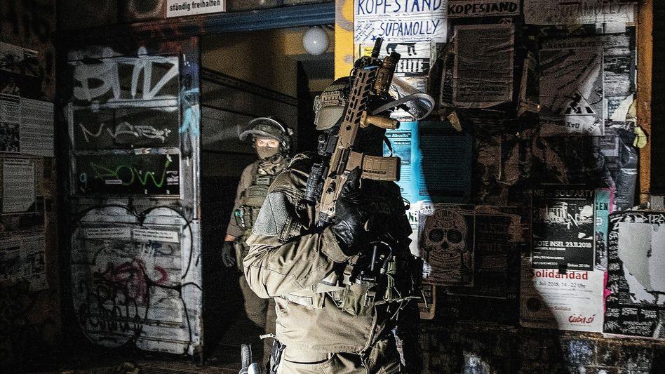 Bewaffnete Beamte bei Razzia in der Rigaer Straße im November 2018:Herzkammer der deutschen Autonomen