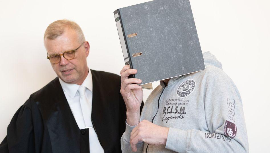 Missbrauchsprozess: Verteidiger Johannes Salmen (l.), Angeklagter Andreas V. (Archiv)