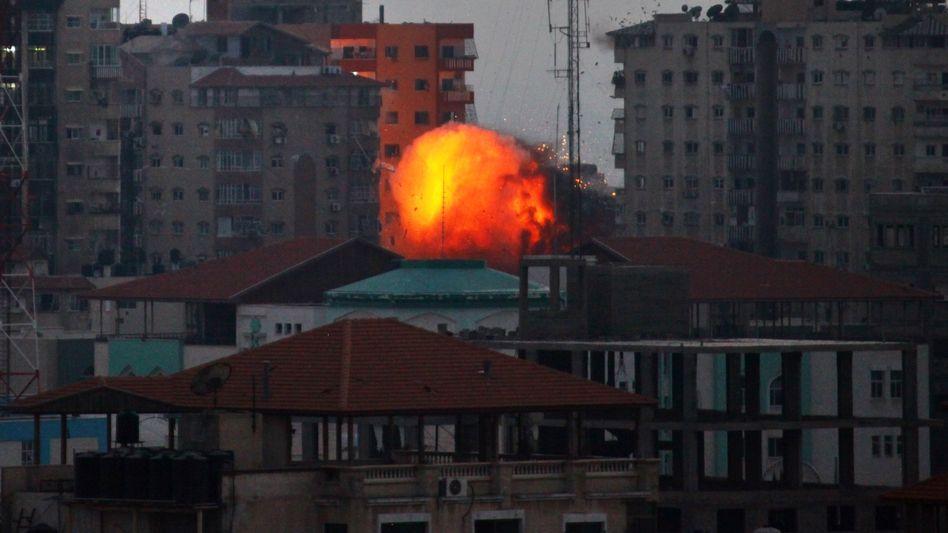 Bombardement der israelischen Armee auf zwölfstöckiges Wohngebäude: Feuerball über dem Himmel von Gaza