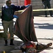 Ein Polizist deckt einen toten Ausländer zu: Die ausländerfeindlichen Übergriffe dauern bereits drei Tage