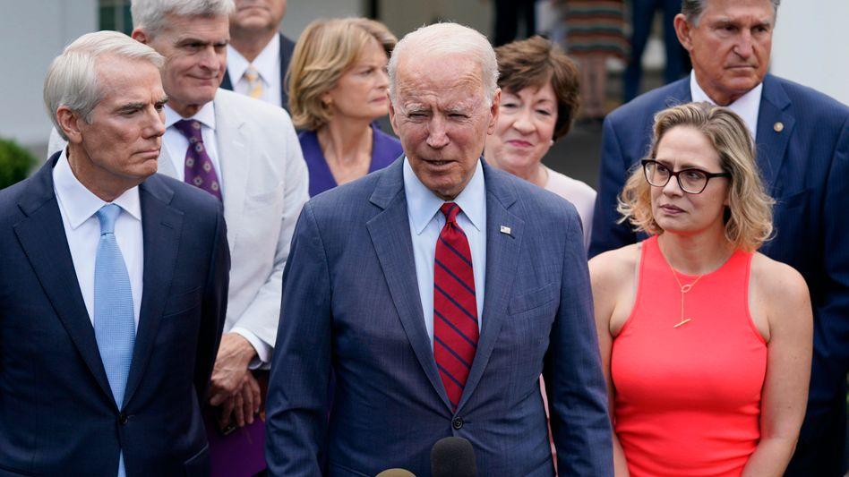 Joe Biden umringt von Senatoren: Paket soll Gesamtumfang von rund 950 Milliarden Dollar haben