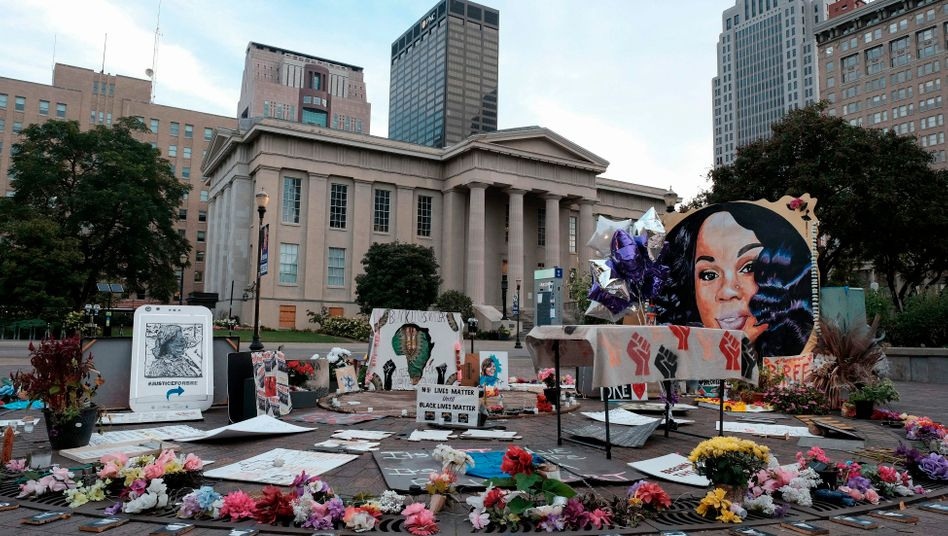 Gedenkschilder und Blumen für Breonna Taylor in der Innenstadt von Louisville