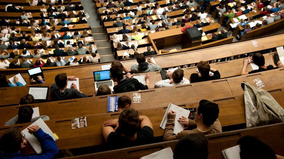 Studenten in München (Archivbild): Fallen die Studiengebühren in Bayern?