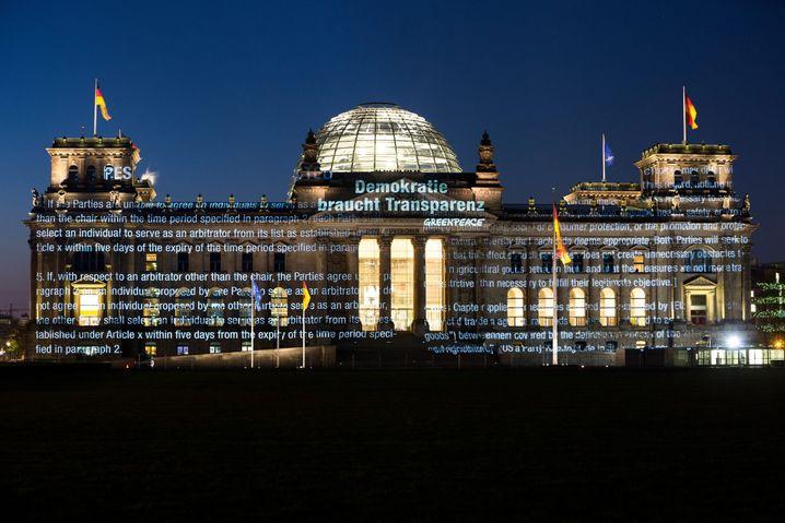 Greenpeace-Lichtinstallation in Berlin