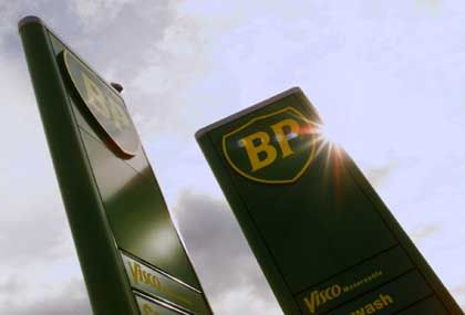 BP-Tankstelle, noch im alten Design: BP hängt überproportional vom Fördergeschäft (Upstream) ab, weniger vom Marketing. Fallen die Ölpreise, leidet der Konzern stärker als Shell oder Exxon.