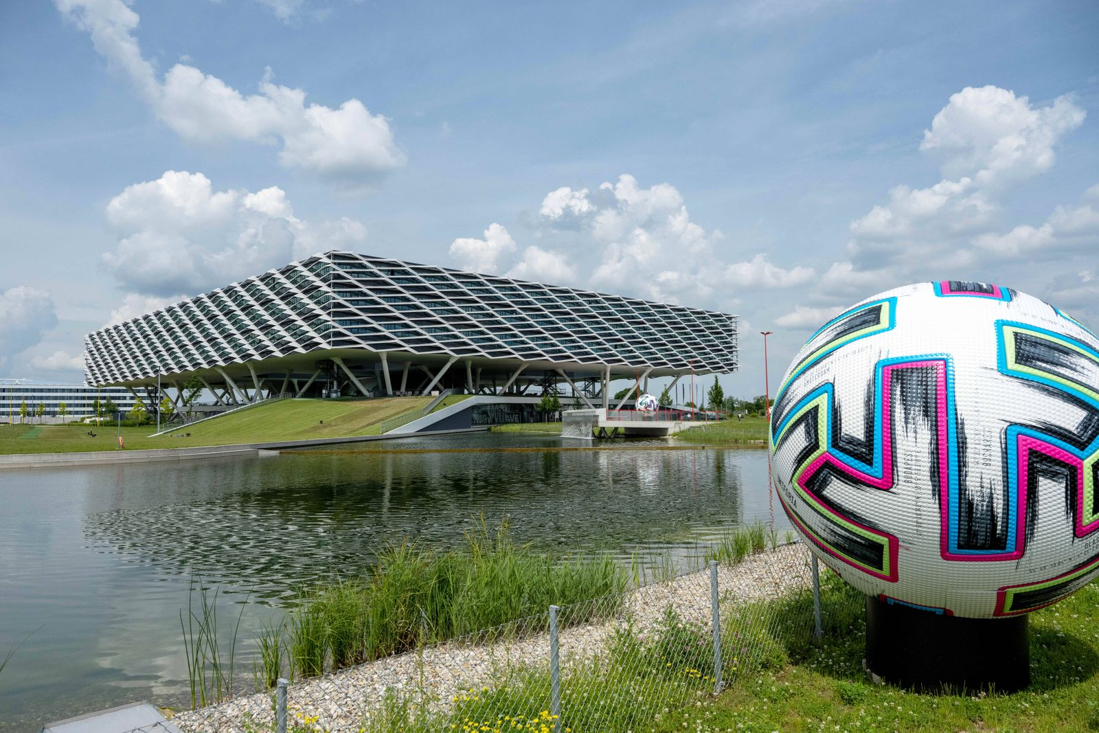 Feature, Symbolbild, Blick auf die adidas Arena und der Offizielle Spielball adidas Uniforia der Euro 2020 in Grossforma