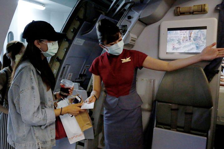 Einmal boarden - und zurück: Am Flughafen Songshan durften ein paar Auserwählte fast verreisen