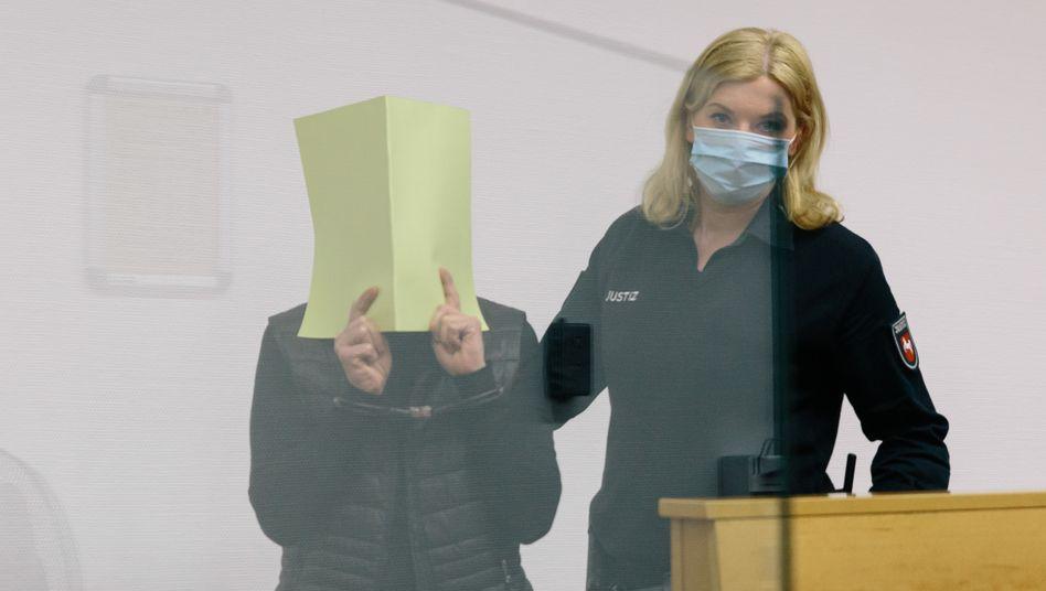 Angeklagte Marina S. mit Justizbeamtin im Landgericht Hannover: »Ich hatte Angst, dass er stirbt, wenn ich von ihm gehe«