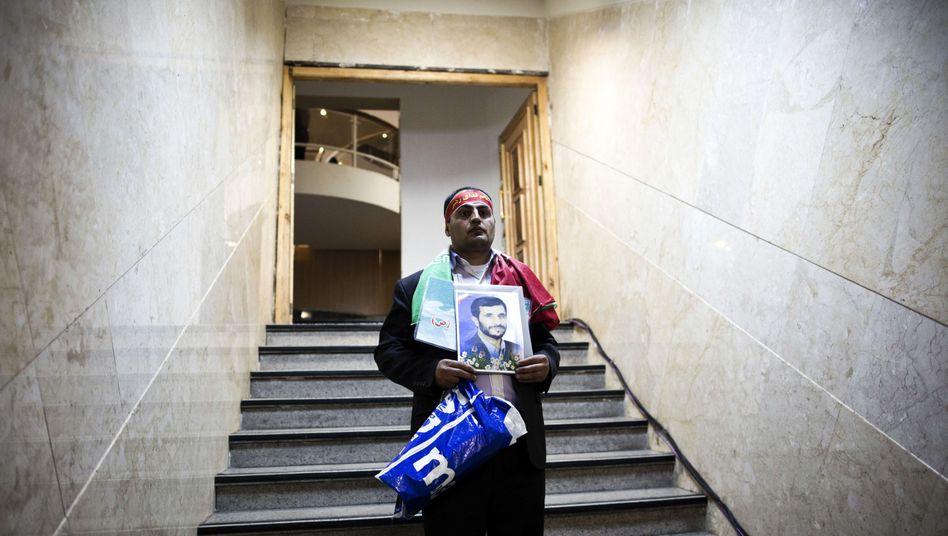 Auch er will antreten: Ein Ahmadinedschad-Fan reicht einen Kandidatur-Antrag ein