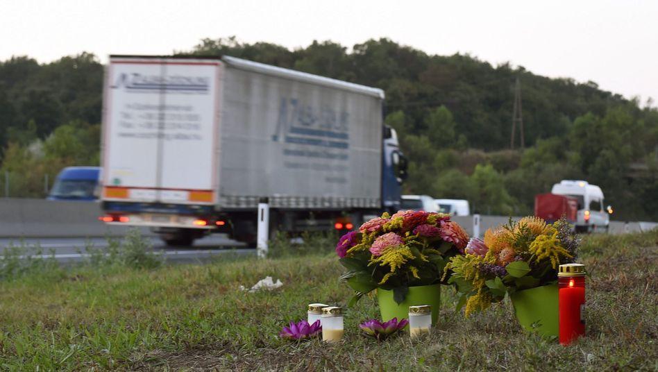 Kerzen und Blumen an der A4 in Österreich: In der Nähe war der Lkw mit den toten Flüchtlingen entdeckt worden