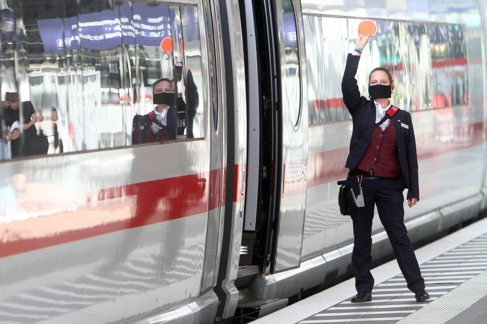Zugbegleiterin der DB Deutsche n Bahn AG trâ?°gt wâ?°hrend der Zugabfertigung eines ICE eine Mund Nase Bedeckung im Hauptbah